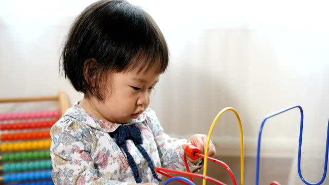 赤ちゃんグッズを自宅の再生 - 赤ちゃんのみ点の映像素材/bロール
