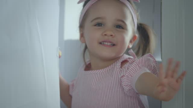 vídeos y material grabado en eventos de stock de bebé niña jugando casa de juguete, cámara lenta - 2 3 años