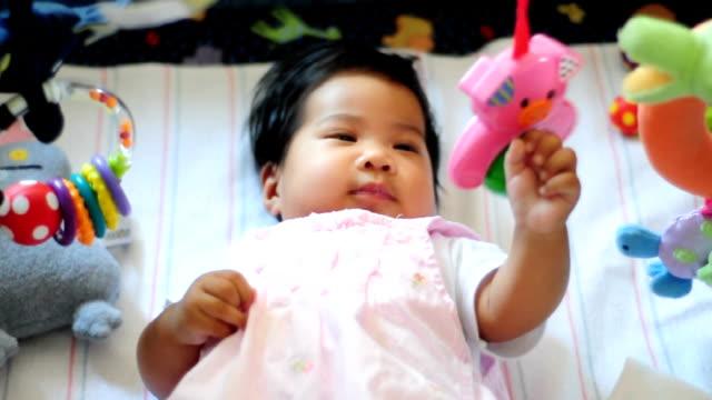 赤ちゃん女の子の彼女のおもちゃで遊ぶ - 生後2ヶ月から5ヶ月点の映像素材/bロール