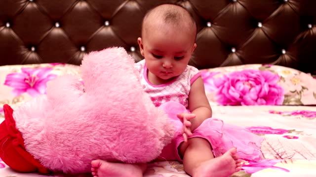 vídeos y material grabado en eventos de stock de niña jugando con oso de peluche - 6 11 meses
