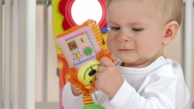 HD: Bebé niña jugando con juguetes