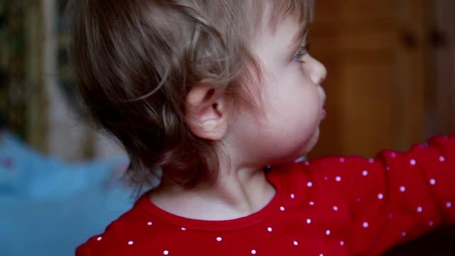 stockvideo's en b-roll-footage met meisje van de baby naar rechts wijzen - wijzen handgebaar