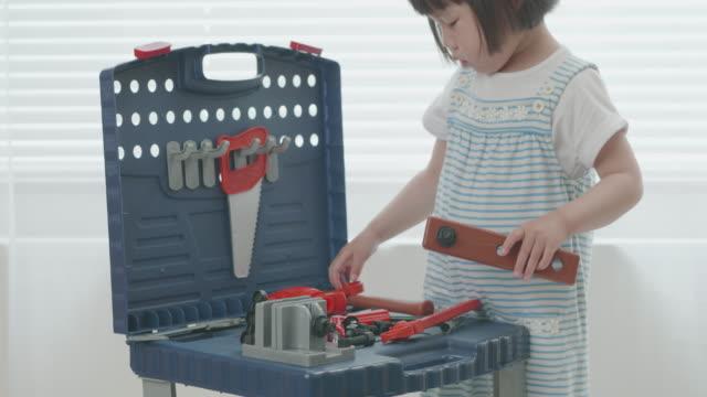 vídeos de stock, filmes e b-roll de bebê menina fingir jogar diy caixa de ferramentas em casa - ferramenta de trabalho