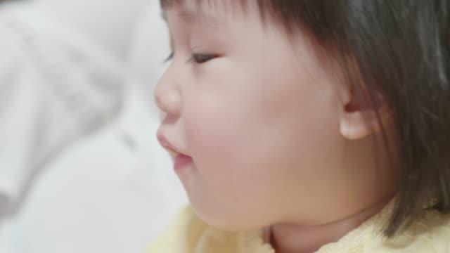 vídeos de stock e filmes b-roll de baby girl reading book - bebés meninas