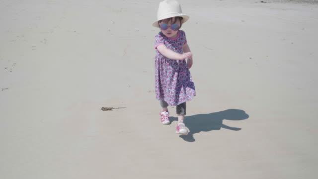 vídeos de stock, filmes e b-roll de menina correndo na praia de verão - província de ulster