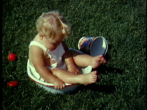 vídeos de stock e filmes b-roll de 1965 ms composite baby girl sitting in a water basin, middlebury, vermont, usa - overweight