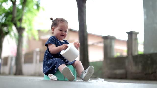 女児をトイレの外に座っているとトイレット ペーパーを保持 - 女の赤ちゃん点の映像素材/bロール