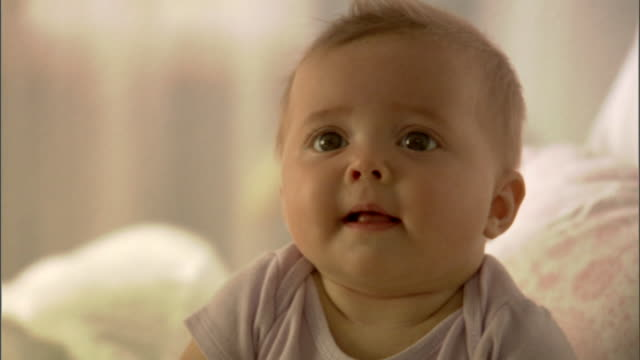 cu, baby girl (6-9 months) sitting on bed - 6 11 monate stock-videos und b-roll-filmmaterial