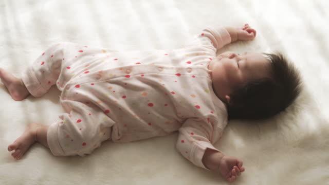 bambina che dorme in casa. - 0 11 mesi video stock e b–roll