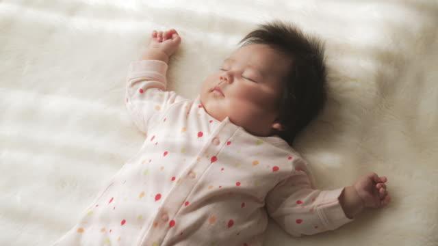 Baby flicka sover hemma.