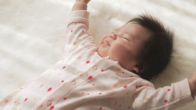 ベビーガールベッドルームでおくつろぎください。 - 生後2ヶ月から5ヶ月点の映像素材/bロール