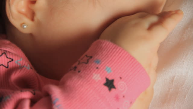 vidéos et rushes de cu baby girl (6-11 months) sleeping in stroller and rubbing her eyes / miami, florida, usa - se frotter