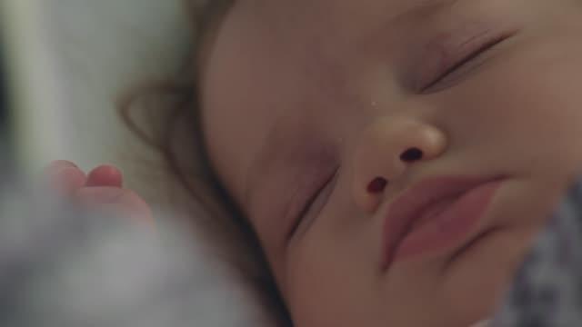 baby girl sleeping - 0 11 mesi video stock e b–roll