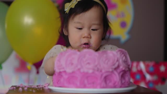 baby mädchen voller geburtstagstorte - ostasiatischer abstammung stock-videos und b-roll-filmmaterial