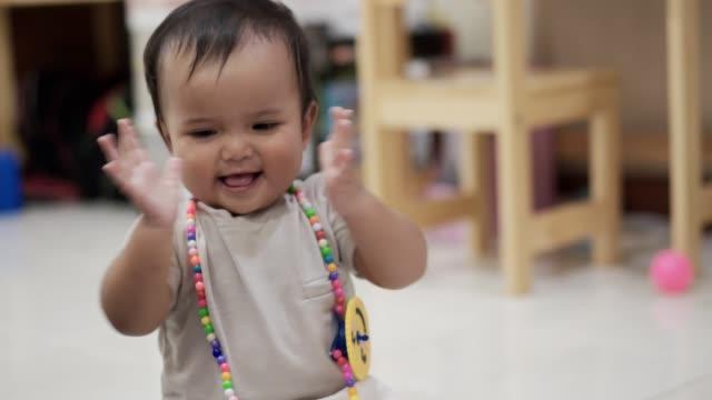 vidéos et rushes de bébé souriant et applaudissant des mains - tout petit