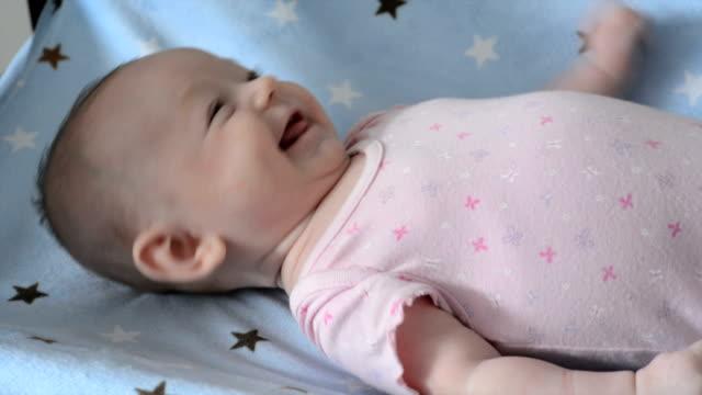 ベビーほほえむ少女 - 生後2ヶ月から5ヶ月点の映像素材/bロール