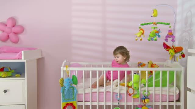 hd crane: baby mädchen werfen ballons - werfen stock-videos und b-roll-filmmaterial