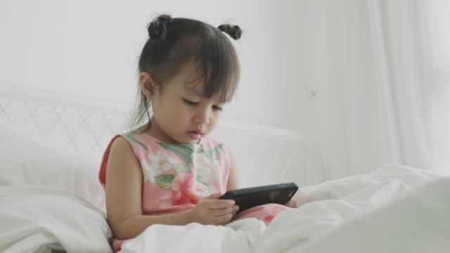 babymädchen mit telefon - kindertag stock-videos und b-roll-filmmaterial