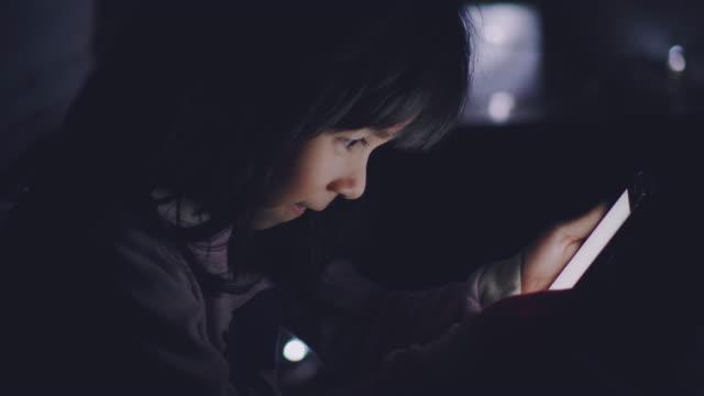 vídeos y material grabado en eventos de stock de niña usando smart phone en víspera de año nuevo - temas sociales