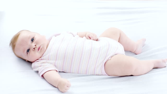baby girl - camera dei bambini video stock e b–roll