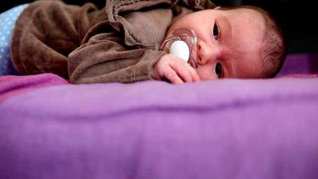 vidéos et rushes de bébé fille (hd - vidéo portrait
