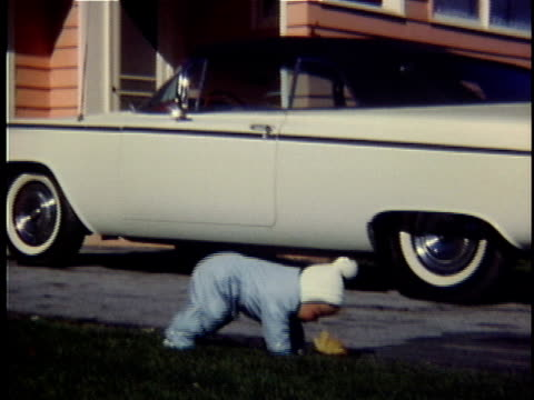 1965 pan baby girl walking and falling on driveway, middlebury, vermont, usa, ms - falla bildbanksvideor och videomaterial från bakom kulisserna