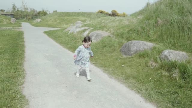 田舎道を歩いて女の赤ちゃん - 風致地区点の映像素材/bロール