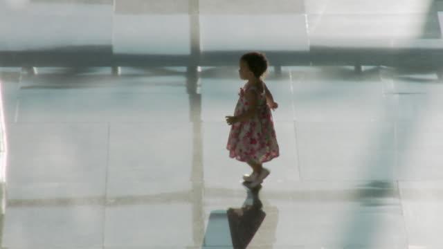 vidéos et rushes de ms pan ha baby girl (2-3) walking through lobby / bangkok, thailand - être perdu