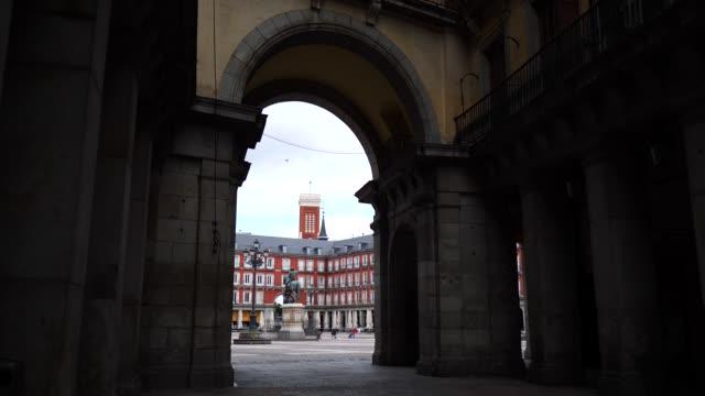 vídeos de stock e filmes b-roll de a baby girl walks in to plaza mayor during the coronavirus lockdown - cidade pequena