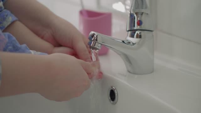 Baby Mädchen waschen hand