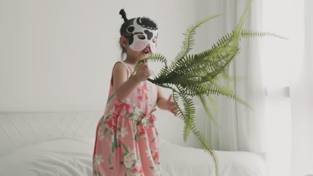 vídeos de stock, filmes e b-roll de menina vestindo máscara de vaca dançando - bebês meninas
