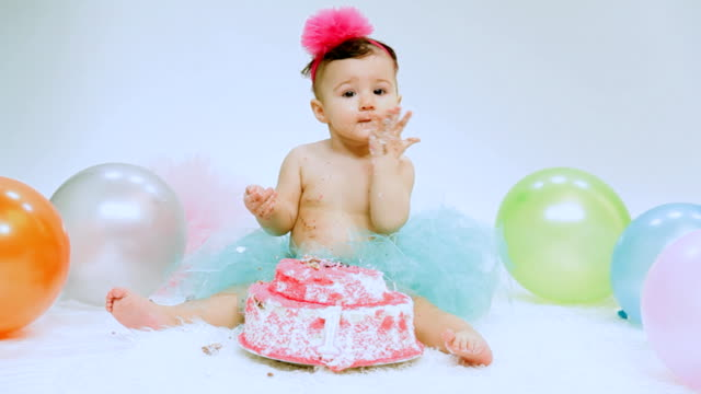 baby girl's 1st birthday and cake smash party - nummer 1 bildbanksvideor och videomaterial från bakom kulisserna
