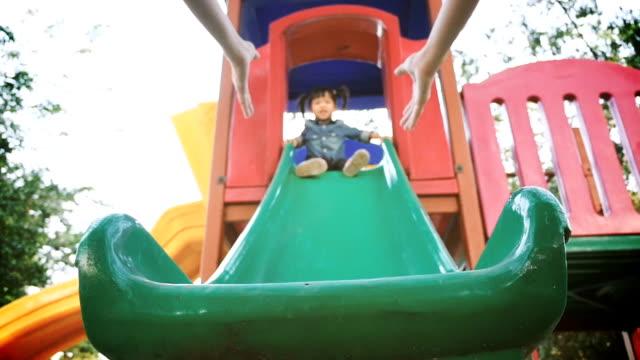 vídeos de stock e filmes b-roll de bebés meninas no parque infantil - equipamento de parque infantil