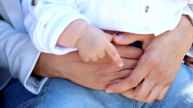 Baby im Besitz einer Väter-Hand
