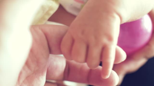 vidéos et rushes de main de bébé holding mère - doigt humain