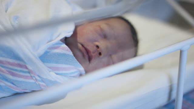 vídeos de stock e filmes b-roll de baby in hospital - quarto do bebé