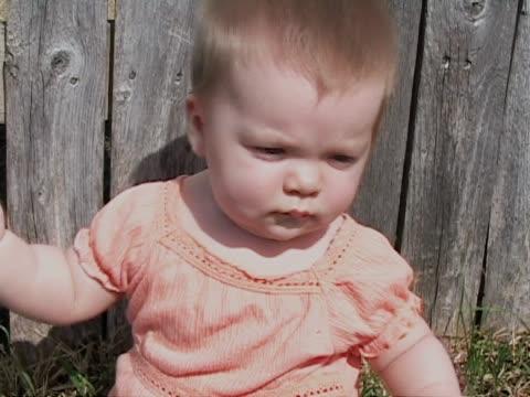 vídeos de stock e filmes b-roll de bebê na camisa cor-de-laranja - vida de bebé