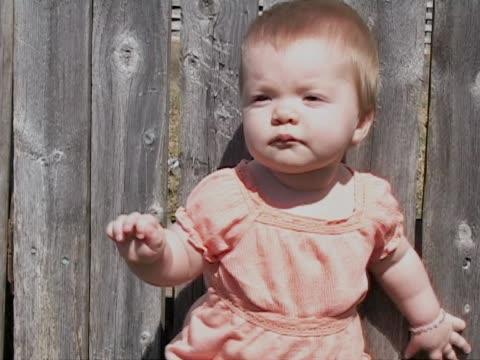 vídeos de stock e filmes b-roll de bebê na cor-de-laranja - só uma bebé menina