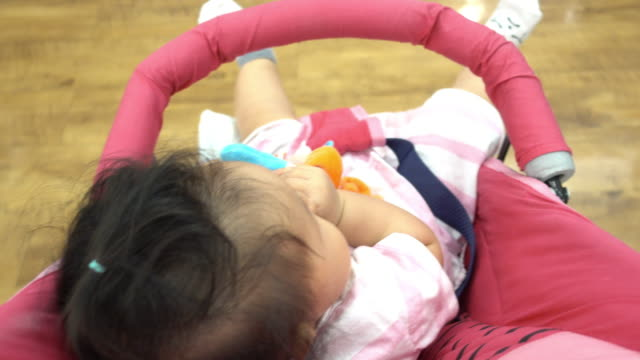 vídeos de stock, filmes e b-roll de bebê no carrinho sentado. - roupa de bebê