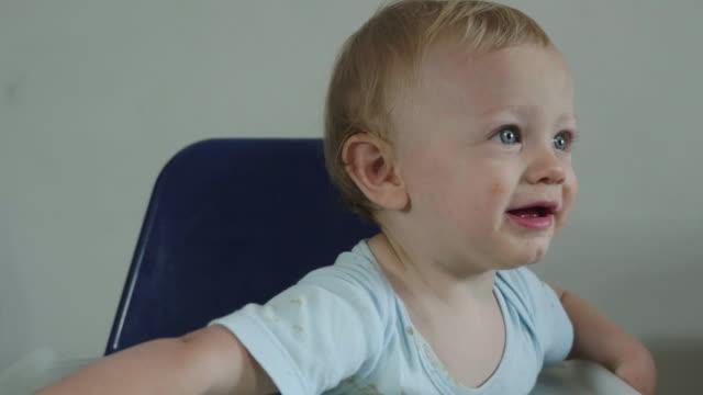 vídeos de stock, filmes e b-roll de baby in the pool - só um bebê menino