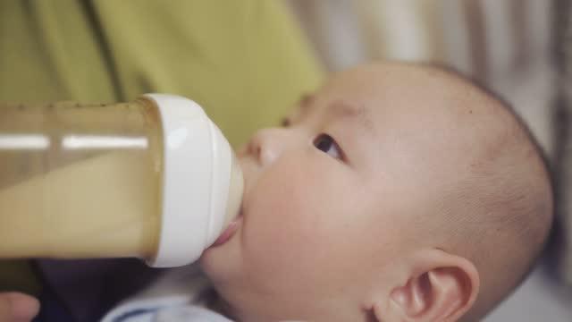 vídeos de stock e filmes b-roll de baby is suckling - encostado