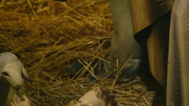 赤ちゃんイエスとヨセフ - キリスト降誕点の映像素材/bロール