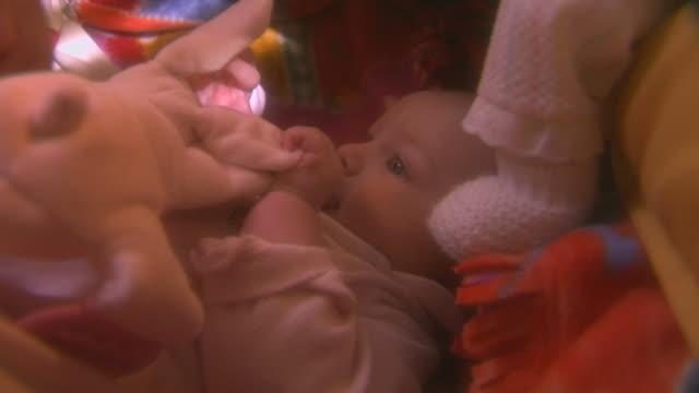 baby laying in crib - 人間の舌点の映像素材/bロール