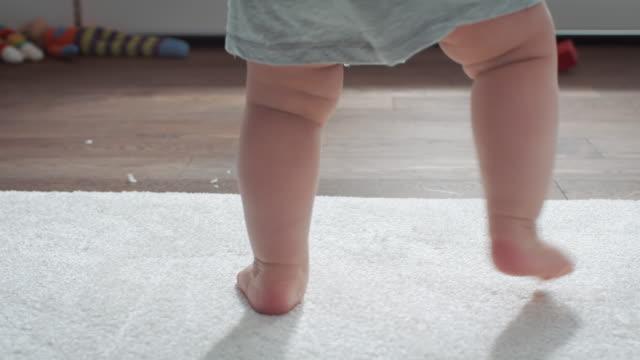 baby lernen zu fuß - kleinstkind stock-videos und b-roll-filmmaterial