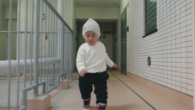 vídeos de stock e filmes b-roll de baby learning how to walk - steps and staircases