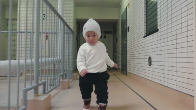 vídeos de stock, filmes e b-roll de bebê aprender a pé - steps and staircases