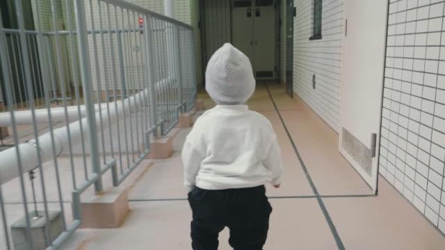 vidéos et rushes de bébé apprendre à marcher - danger