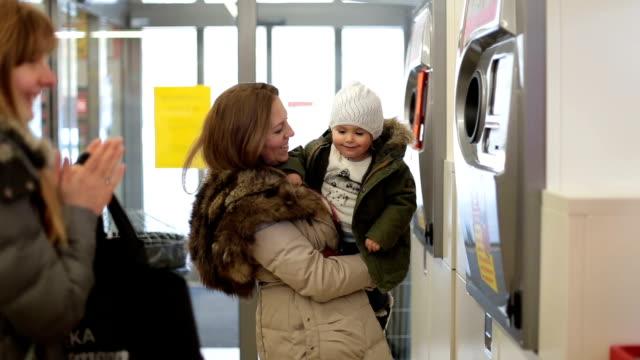 stockvideo's en b-roll-footage met baby leren te recyclen - peuter