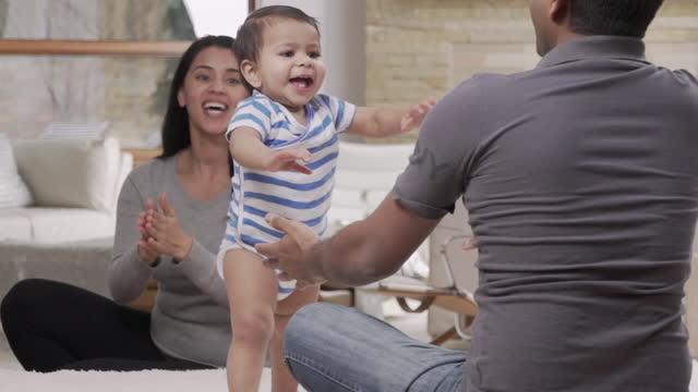 vídeos de stock, filmes e b-roll de baby learning to walk - primeiros passos