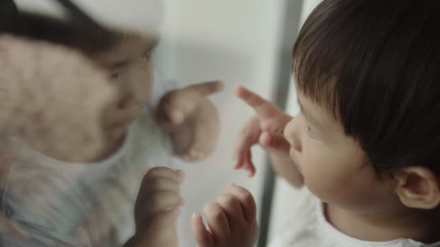 baby likes to look out of the window - specchio video stock e b–roll